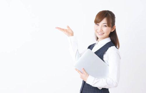 ファイルを持つ女性スタッフ
