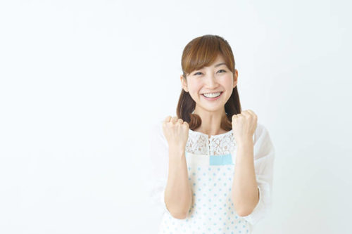 ガッツポーズをとる笑顔の女性