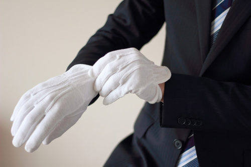 白手袋を手につけている男性